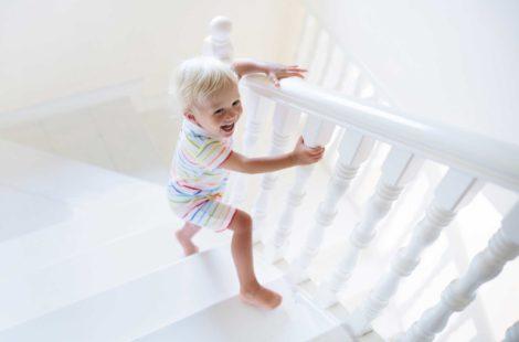 Sécuriser sa maison pour bébé : les accessoires indispensables